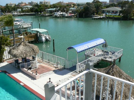 Parker Manor Resort : The swimming pool, Tiki Huts and Intracoastal Waterway