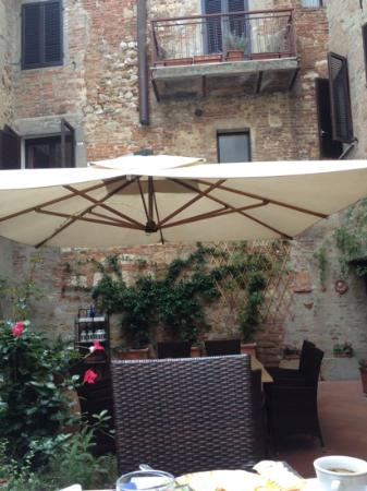 Albergo Duomo: the garden - great for breakfast