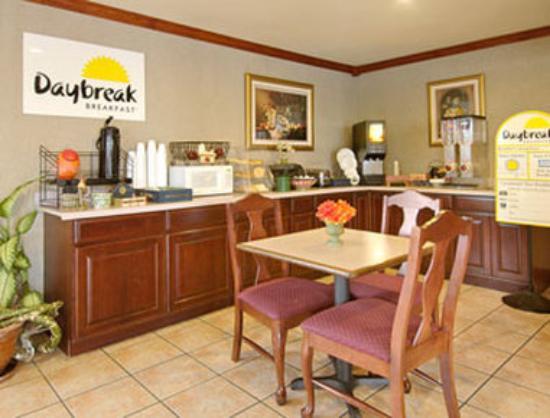 Days Inn Crowley : Breakfast Area