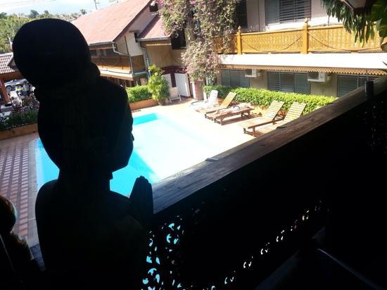Lai-Thai Guest House: vue du 1er etage sur la piscine, un balcon tres sympathique