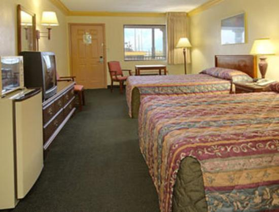 Days Inn Crowley: Standard Two Queen Bed Room