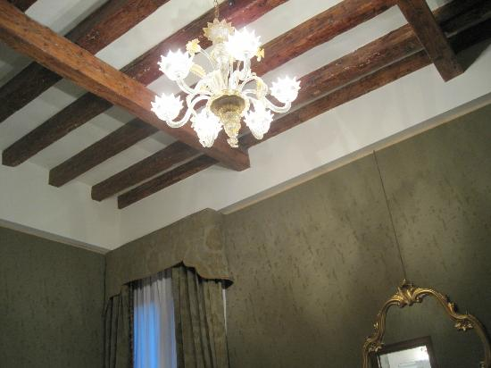 Hotel Al Ponte Mocenigo: Beautiful ceiling