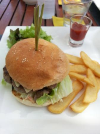 Two Chefs Beach Bar & Restaurant : Burgers for lunch