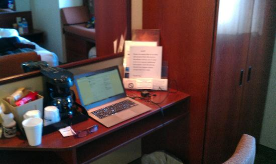 "Microtel Inn & Suites by Wyndham Hattiesburg : Cramped ""work"" area"