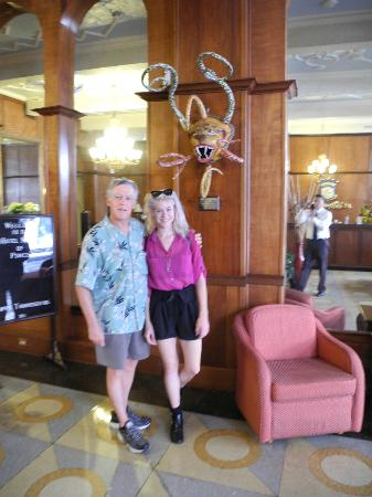 Hotel Melia Ponce: Dad and daughter by the Carnival mask in the Lobby