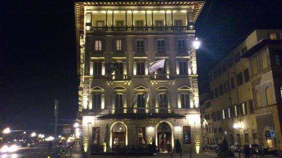 The St. Regis Florence: 夜のホテル外観