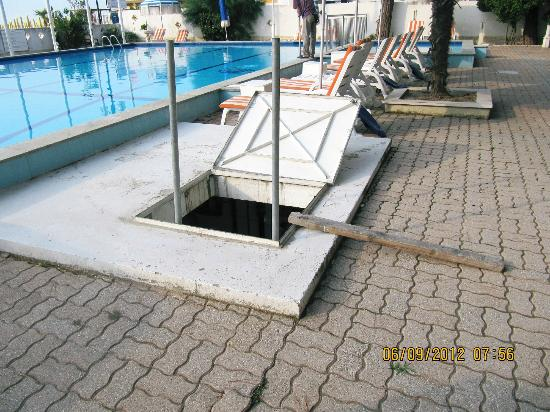 ‪‪Ambasciatori Palace‬: open hatch on pool area left open all day every day