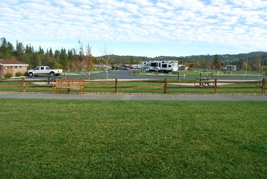Jackson Rancheria RV Park : Grassy area at the end of park to enjoy the views.