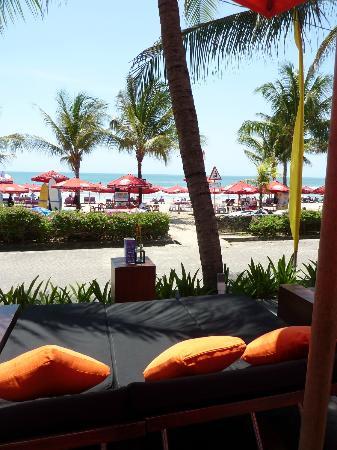 Legian Beach Hotel: Loungen en lunchen bij Legian Beach