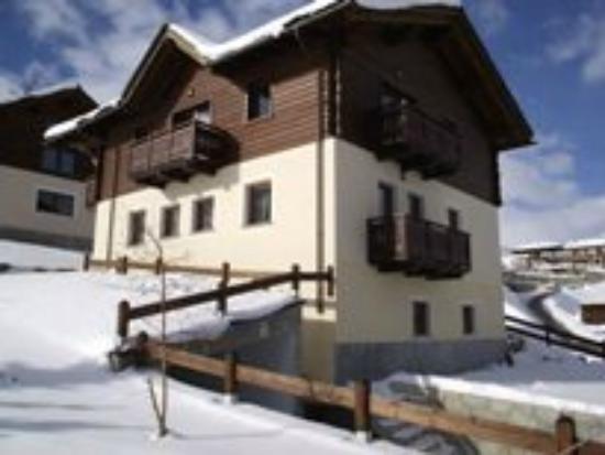 Baita Zelda Apartments : A side view of Baita Zelda in the winter