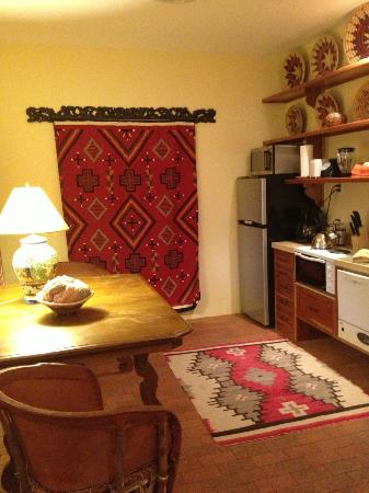 Casa Blanca Inn: Kitchen area in the Chaco Suite