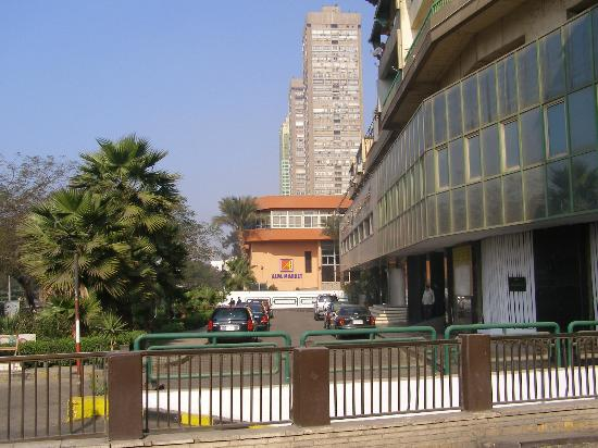 Holiday Inn Cairo Maadi: Entrance of Sofitel Maad, Cairo. Alfa market is visble