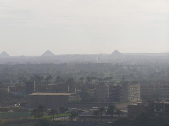 Holiday Inn Cairo Maadi: Another hazy view but despite haziness pyramids are still visible