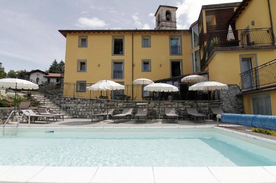 Hotel Corte Santa Libera: piscina riscaldata con sdraio e ombrelloni
