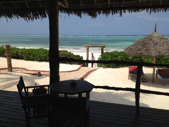 Villa Kiva Resort and Restaurant: la spiaggia vista dalla veranda 