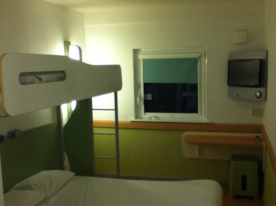 Hotel ibis budget Cardiff Centre: Double bed and bunk