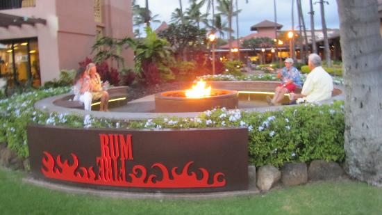 Sheraton Kauai Resort: Firepit area to watch the sunset