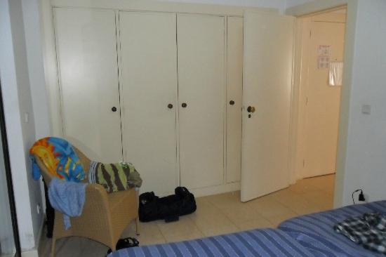 Apartamentos Mouraliz: Bedroom Storage Wardrobes