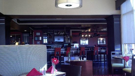 Hilton Garden Inn Oxford/Anniston: lobby & dining area...extremely spacious & clean