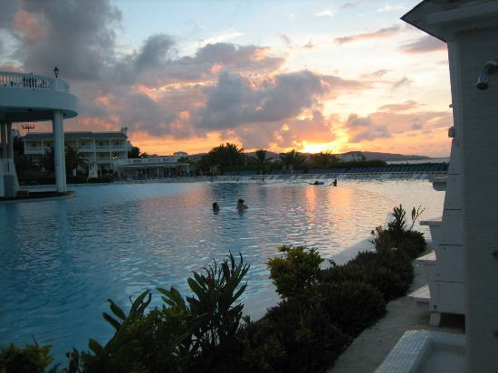 Grand Palladium Jamaica Resort & Spa: Sunset over Main Pool