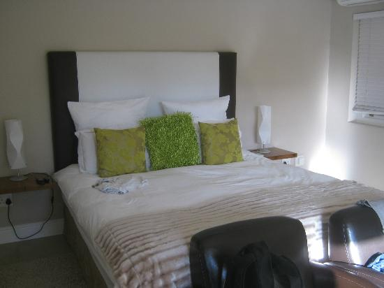 Plumwood Inn: comfy bed