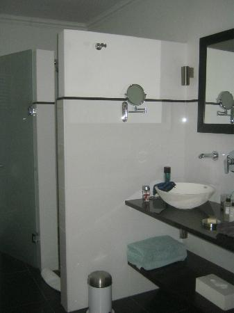 ‪‪Plumwood Inn‬: shower and double sink