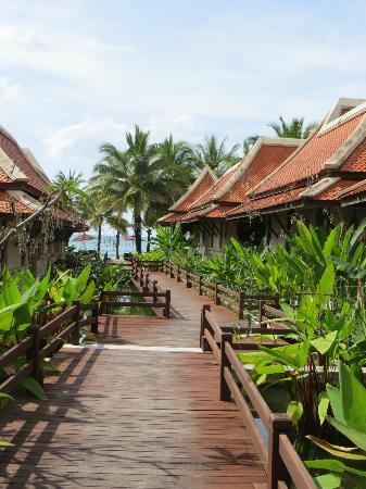 Khaolak Laguna Resort : Walkway to beach