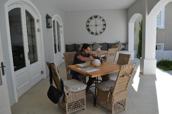 Maison d'Ail Guest House: Galeria frente a la piscina