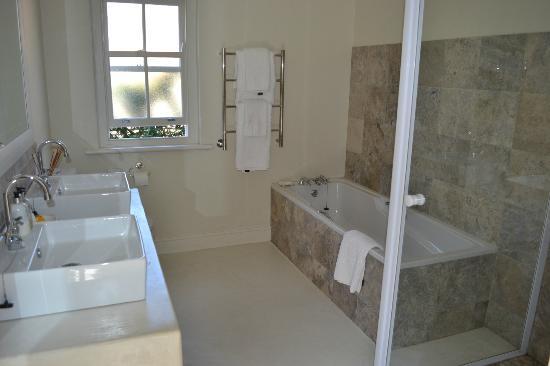 Maison d'Ail Guest House: Baño de la habitacion