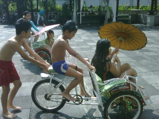 Hotel Santika Premiere Jogja: playing mini becak