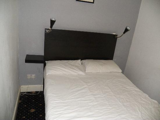 Radnor Bayswater Hotel: Hard bed without night stand