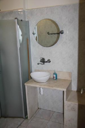 Arbel Guest House Shavit Family: Badezimmer mit Lavabo und Dusche (links)