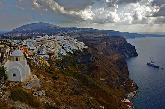 Scirocco Apartments: View of Fira. The Scirocco is in the bottom centre of the white buildings in this photo