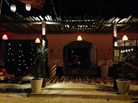 Teetotum Hotel: hotel entrance at night