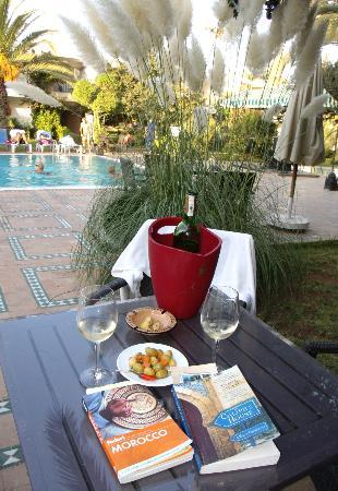 Hotel Volubilis : Wine on private courtyard by pool