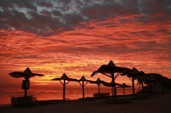 Al Nabila Grand Bay Makadi: Рассвет (пляж в открытом море)