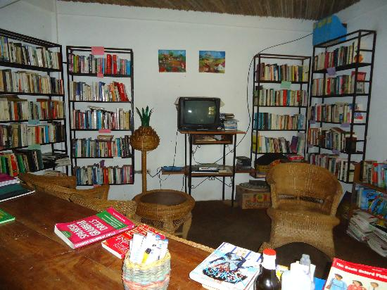 La Mariposa Spanish School and Eco Hotel: The well stocked library