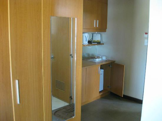 Fuente Oro Business Suites: coffee area with refer