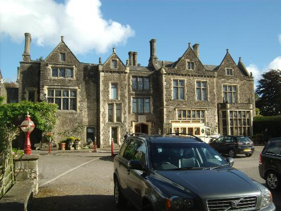 Miskin Manor Hotel and Health Club: Front of Miskin Manor and bridesmaid's wedding bus!