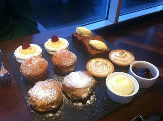 Tempus at Tides Restaurant & Bar: The cake selection, looked even more delicious in person and were perfectly baked!