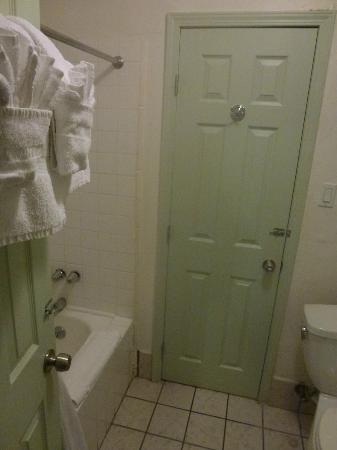 Trylon Hotel: Bathroom and door to adjusted room