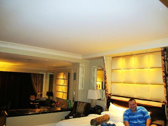 The Palazzo Resort Hotel Casino: Bedroom and Living Area