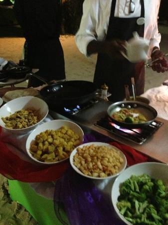 تاماريند باي إليجانت هوتليز: Roti station at the buffet dinner. 