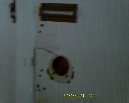 Ala Mar Motel: non working locks on entry door