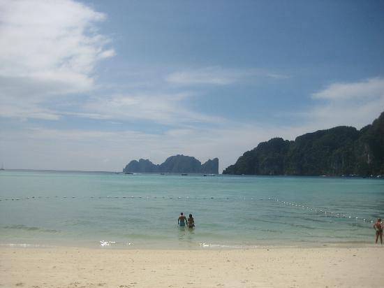 Phi Phi Villa Resort: but the beach was beautiful and convenient