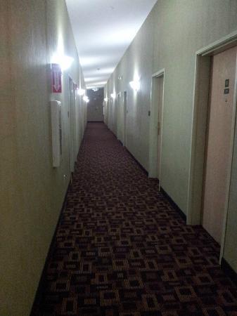 Quality Inn Arlington: The long corridor