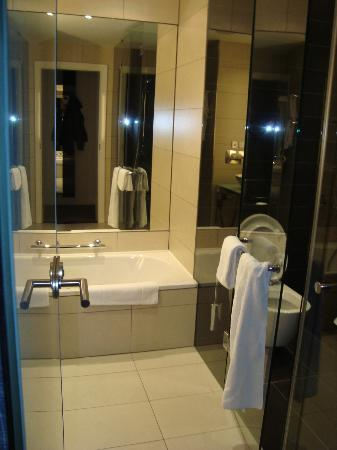 Vienna House Andel's Berlin: Separate bathtub, nice shower stall, etc.