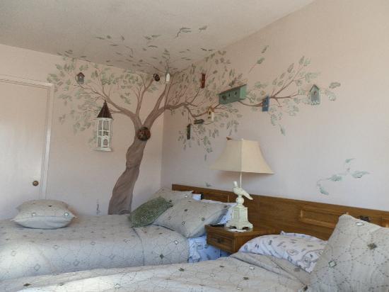 Seaside Motel: birdhouse room
