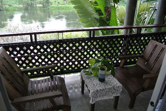 Royal River Kwai Resort & Spa: ชุดโต๊ะเก้าอี้ชมวิวแม่น้ำ