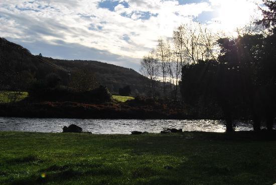 Ashton House: rivière à l'arrière de la maison